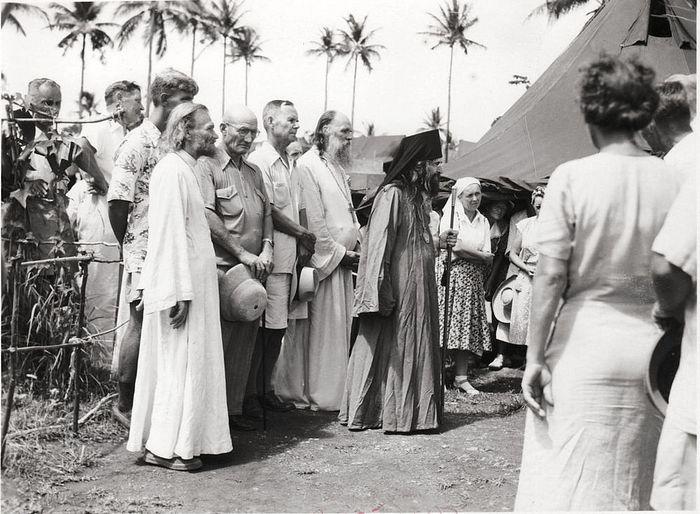 Святитель Иоанн с прихожанами перед входом в палаточный храм на острове Тубабао