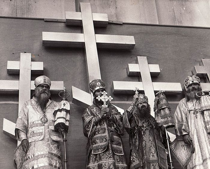 Перед установкой крестов на Новый собор в Сан-Франциско, который был построен и открыт благодаря владыке. Собор был освящен в 1965-м году, епископ Иоанн успел немного в нем послужить до своей кончины в 1966 году. (На фото — святитель Иоанн стоит третий слева)