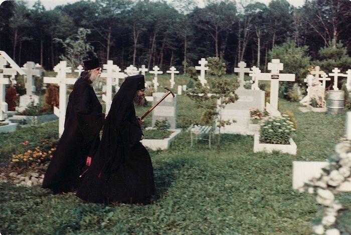 Святитель Иоанн очень любил молиться об усопших. На кладбище в Сан-Франциско