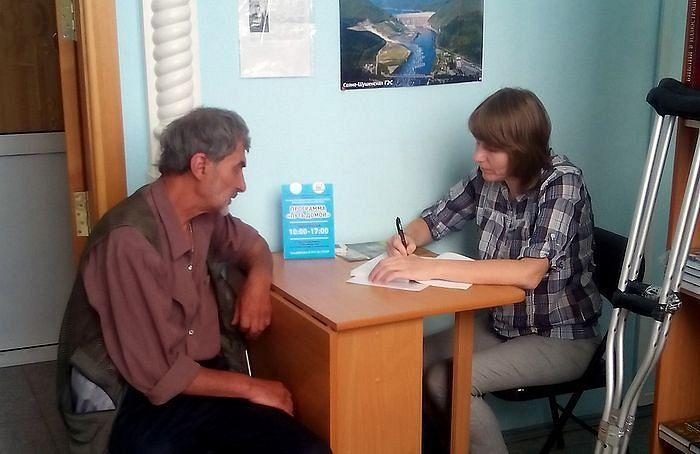 Социальный работник Хабаровской епархии записывает данные и краткую историю человека, попавшего в трудную жизненную ситуацию