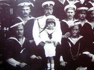 Николай II и Царевич Алексей в окружении команды яхты «Штандарт». По левую руку Алексея сидит Иван Седнёв