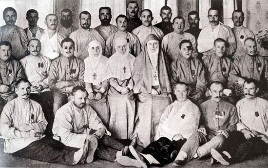 Группа раненых солдат Первой мировой войны в Марфо-Мариинской обители. В центре Елизавета Федоровна и сестра Варвара. Фото из музея Марфо-Мариинской Обители милосердия.