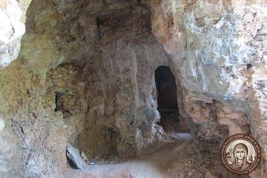 Пещера, в которой подвизался на Афоне старец Иоанн Вишенский. Фото Сергея Шумило, 2015 г.