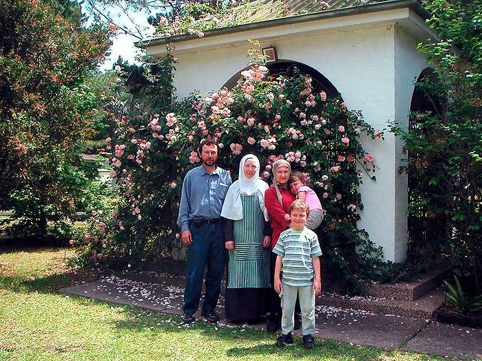 Семья Елены Дворянской с игуменией Марией (Мирос), настоятельницей женского монастыря Новое Шамордино