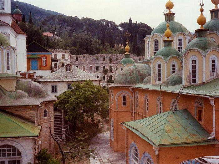 Афон. Свято-Пантелеимонов монастырь до реставрации. Начало 1990-х годов