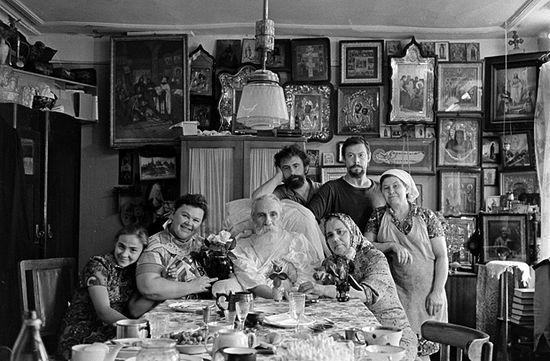 Иеросхимонах Нектарий со своими духовными детьми из Москвы. Елец, конец 70-х. Фото из семейного архива Овчинниковых
