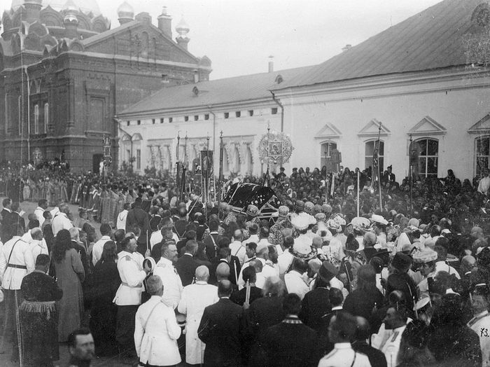 Крестный ход с мощами прп. Серафима. 1903 г.