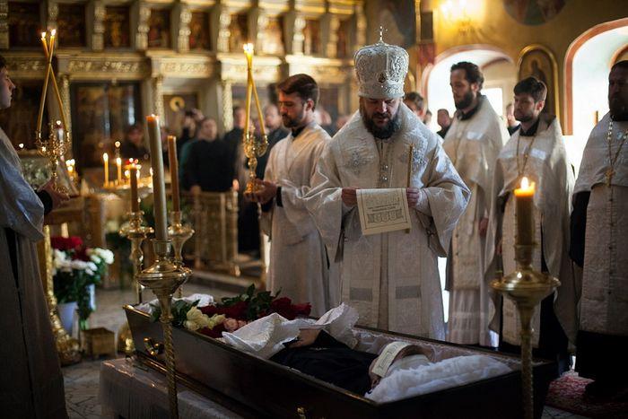 Архиепископ Петергофский Амвросий читает разрешительную молитву на отпевании Петра Гудкова