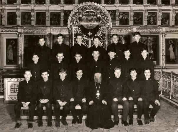 Петр Гудков третий слева в верхнем ряду