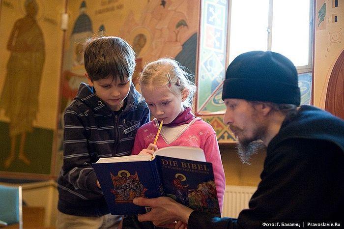 Чтение Библии. Фото: Г. Балаянц / Pravlib.ru
