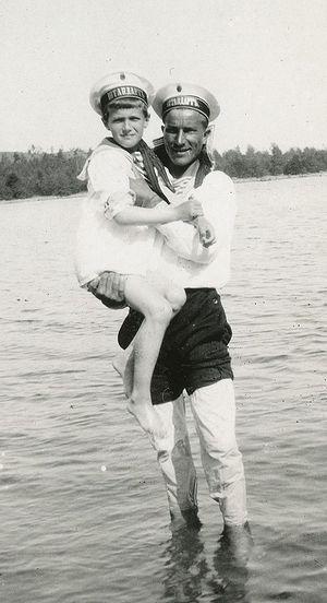 Царевич Алексей с матросом Нагорным. Могилев, 1910 г.