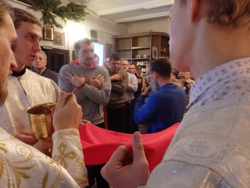 Жильцы приюта причащаются на Рождественской службе