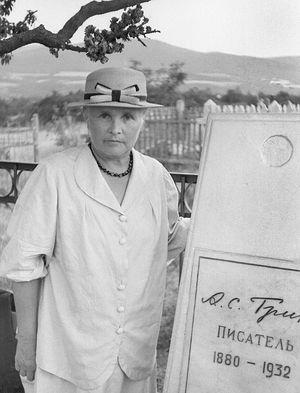Нина Николаевна Грин у могилы мужа. Фото: Сергей Калмыков