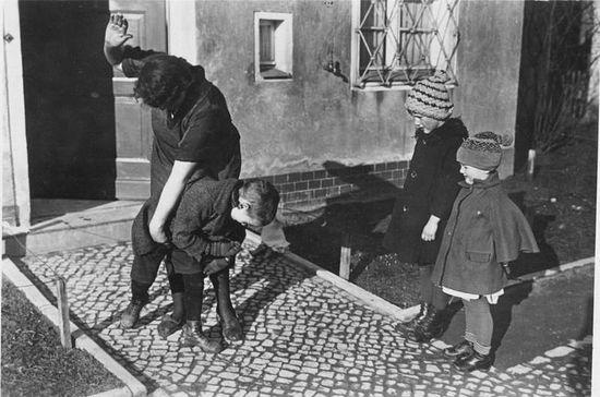 Наказание ребенка, 1935 г. Источник: Немецкий федеральный архив
