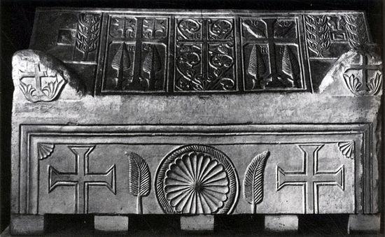 ВЮрьевом монастыре отыскали саркофаг состанками 6-ти новгородцев XII века