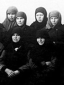 Захваченные отрядом НКВД в 1951 г. черноризицы и послушницы женских скитов Дубчеса.