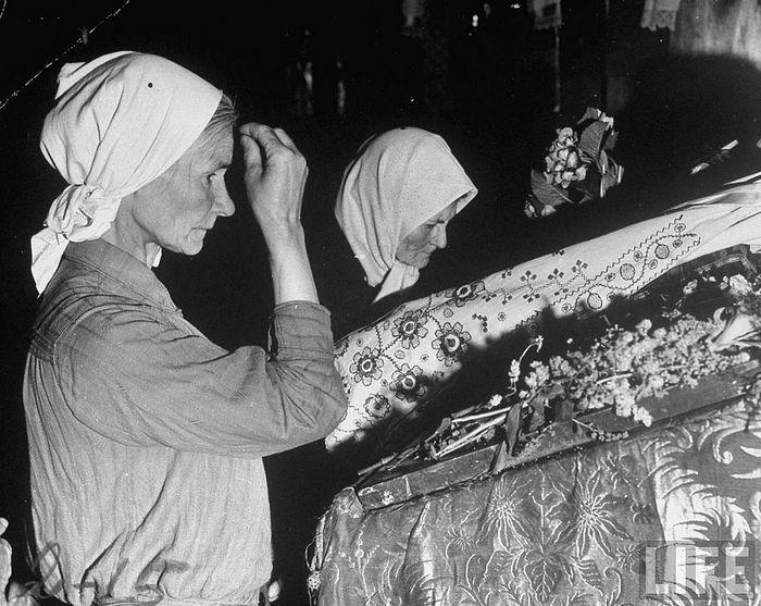 Верующие во время войны. Фото: Life