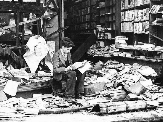 Дечак чита књигу у лондонској књижари срушеној у бомбардовању. Фото: waralbum.ru