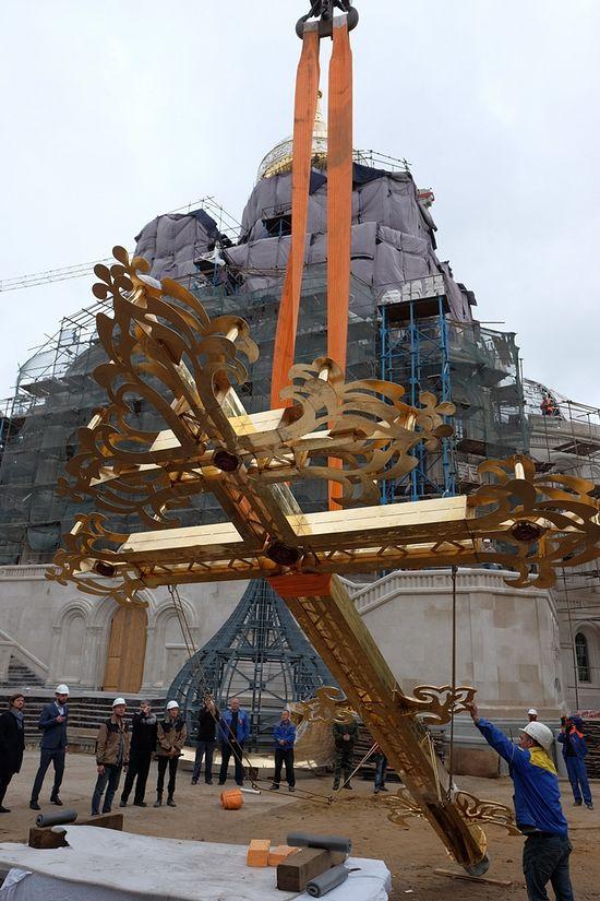 Подъем креста. Фото: Анатолий Горяинов