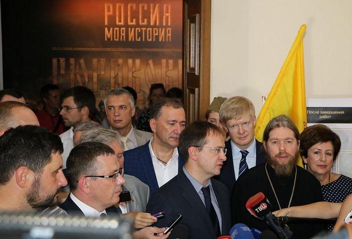 На открытии выставки. Фото: http://sev.gov.ru