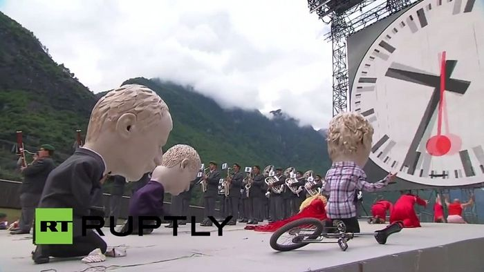 Фигуры европейцев кланяются пляшущему козлу. Церемония открытия Сен-Готардского туннеля