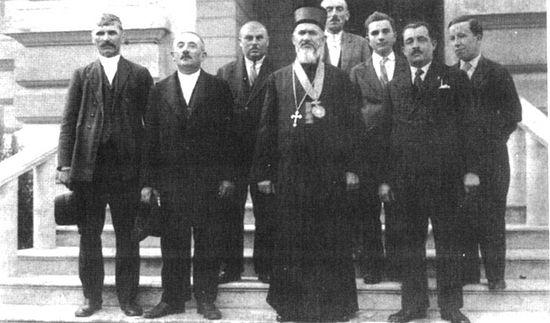 Владика Сава окружен пријатељима после хиротонисања у Сремским Карловцима (Фото Лична архива)