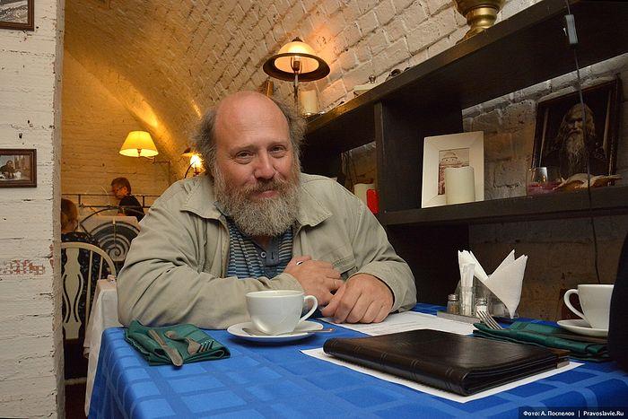 Иконописец Борис Юрьевич Норштейн в литературном кафе «Несвятые святые». Фото: Антон Поспелов / Православие.Ru