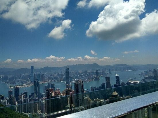 Городской пейзаж с самой высокой точки в Гонконге - пика Виктория - 450 метров.
