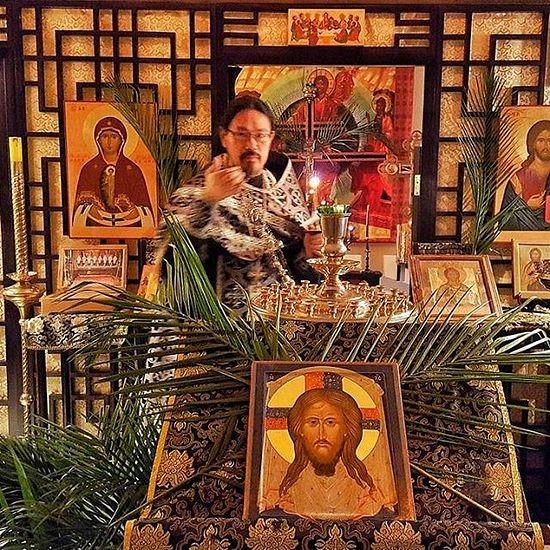 Священник Анатолий Кун совершает каждение в Петропавловском храме во время Великого поста