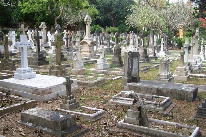 Район, где находится Гонконгское кладбище, называется нетривиально — Happy Valley, что означает - «счастливая долина».