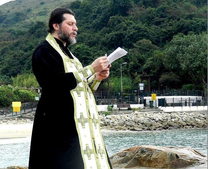 Протоиерей Дионисий Поздняев на Крещении; чаще всего таинство проходит в море — оно всегда рядом.