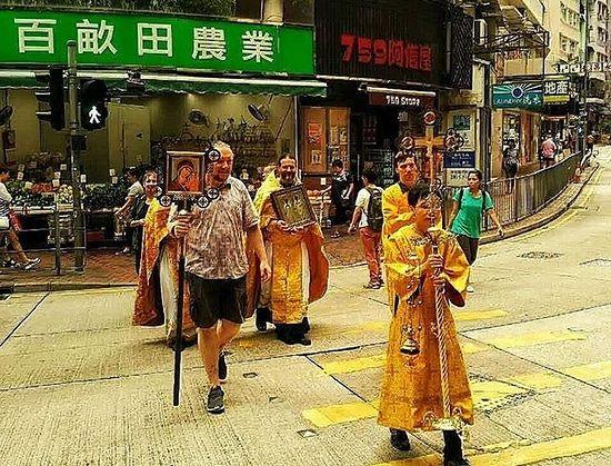Крестный ход вокруг здания храма в Гонконге в Великую Субботу