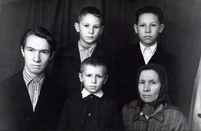 Мария Алексеевна Капалина (ныне схимонахиня Мария) с сыновьями, 1962 г