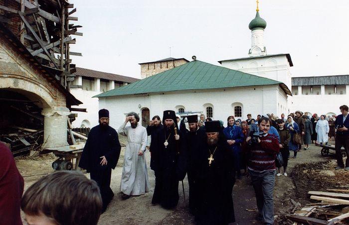 После первой Литургии в возвращенном Церкви Свято-Пафнутиевом Боровском монастыре, 1992 г.