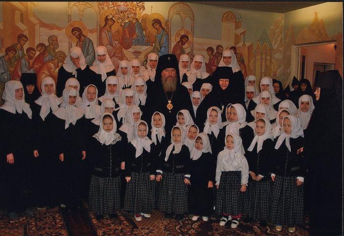 Владыка Климент с воспитанницами приюта «Отрада» при Черноостровском Никольском женском монастыре