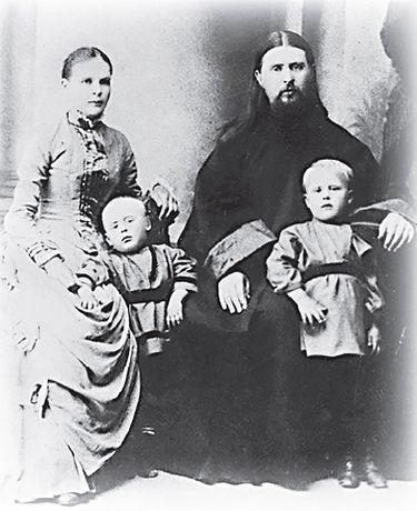 Священник Алексий Троицкий с женой и сыновьями Владимиром (справа) и Дмитрием