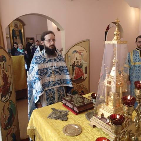 Archimandrite Sergius serving at St. Catherine's church in Moscow, Russia. Photo: https://www.facebook.com/permalink.php?story_fbid=1031903130264414&id=446378222150244