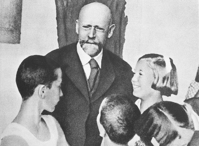 Польский педагог Януш Корчак с детьми