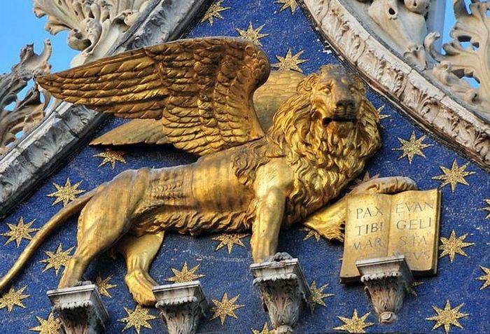 Крылатый лев - символ апостола и евангелиста Марка. Собор св. Марка, Венеция