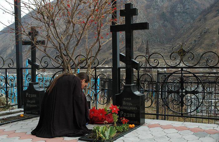 Нынешний настоятель Свято-Георгиевского храма на могиле своего духовного отца. Слева - могила Андрея
