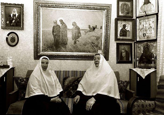 Матушки Георгия (будущая игумения Горненского монастыря) и Варвара в гостиной игуменского дома. 1978 год