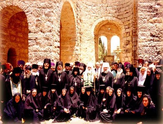 Святейший Патриарх Алексий II благословляет дальнейшее строительство собора. 1997 г.