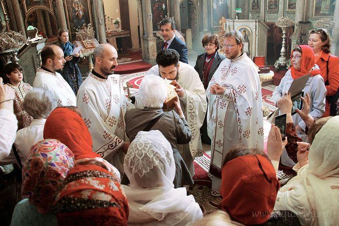 Преломление хлеба в храме Георгия Победоносца в Будапеште