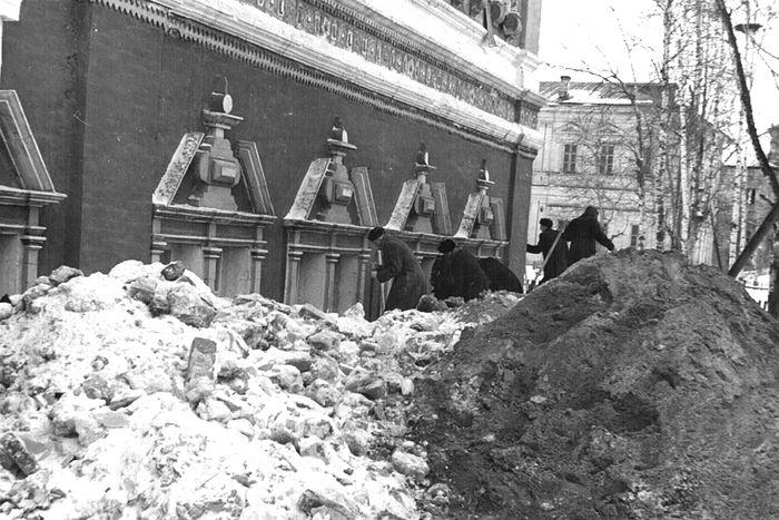 Уборка мусора перед Покровским храмом в 1955 году