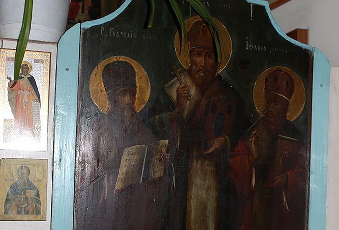 Обновившаяся икона святителей Божиих Василия Великого, Григория Богослова, Иоанна Златоуста