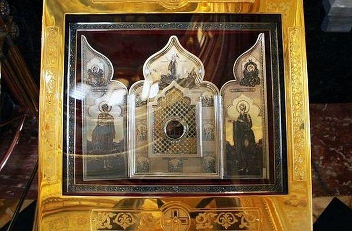 Главная святыня Храма Христа Спасителя — частица Ризы Господней, переданной в 1625 году персидским шахом Аббасом II в дар царю Михаилу Федоровичу