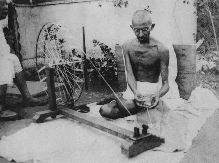 Махатма Ганди за прялкой