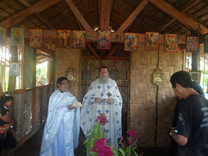 Отец Серафим служит первую Литургию на о. Тубабао на Филиппинах, после ухода Святого Иоанна (Максимовича) 65 лет назад