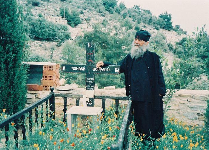 Старец Ефрем у могилки своей матери