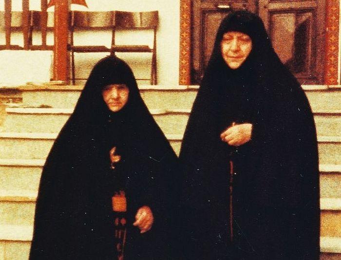 Старица Феофано (слева) и герондисса Макрина